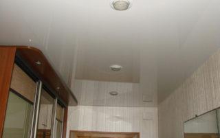 Глянцевый натяжной<br /> потолок в прихожую S=10м2